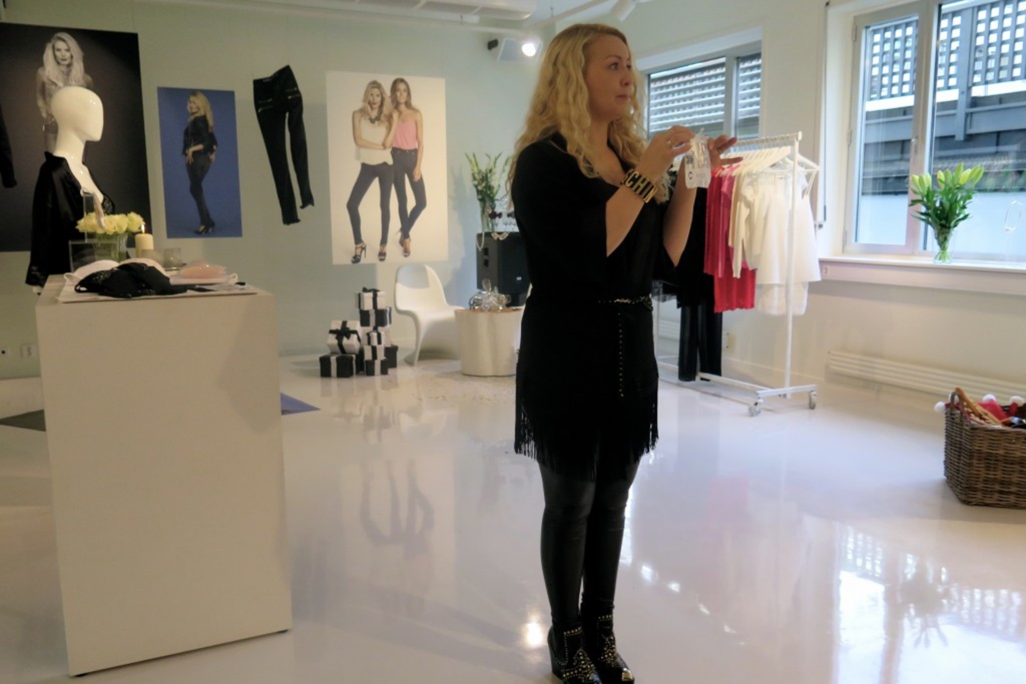 Cleaver and Talented Linda presenting all small secrets about lingerie and gives us a tips on how to wear different types of bras with different type of clothing. Very interesting Linda! You are amazing!!! Love your designs!!!!!!!!